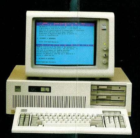 Années 1980. Le logiciel Systran vient d'être adapté pour MS-Dos et tourne sur l'IBM PC, ici dans sa version à deux lecteurs de disquettes, donc sans disque dur. © Systran