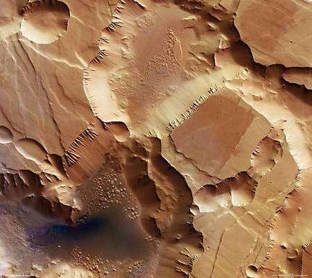 Cette image a été prise par la caméra HRSC de Mars Express le 25 juin 2006, durant la 3.155ème orbite de la sonde. Il s'agit d'une vue d'ensemble de Noctis Labyrinthus (le Labyrinthe de la Nuit) dont la résolution atteint 16 mètres par pixel. Crédits: Esa/ DLR/ FU Berlin (G. Neukum)