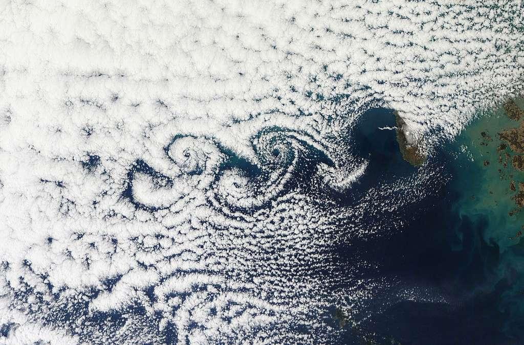 Des turbulences sont ici visibles grâce aux nuages. © DP
