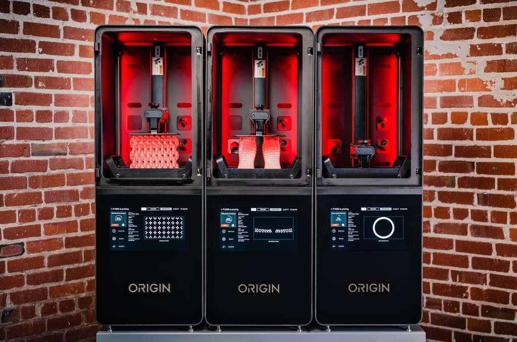 L'imprimante Origin One est basée sur la technologie DLP (Digital Light Processing), qui fabrique des pièces à partir de résine photopolymère liquide durcie aux rayons UV. Elle permet d'atteindre un très haut niveau de détail et de réaliser des pièces complexes. © Stratasys