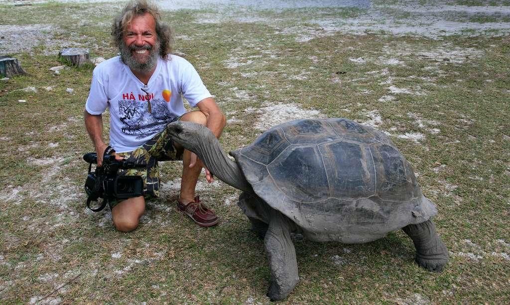 Antoine et une tortue géante des Seychelles