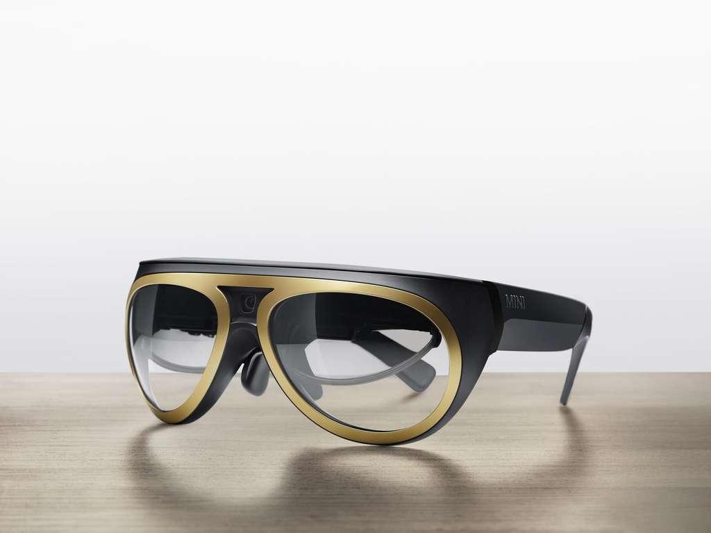 Les lunettes pour conduire affichent le tableau de bord devant les yeux. Comment feront les porteurs de lunettes ? Pourra-t-on adapter des verres solaires ? Des questions auxquelles le constructeur Mini devra répondre après ce prototype. © Mini