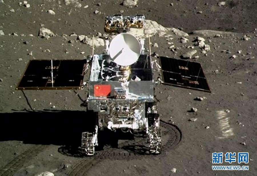 Des robots avant des taïkonautes. Fin 2013, la Chine envoyait à la surface de la Lune son petit rover Yutu. © Xinhua