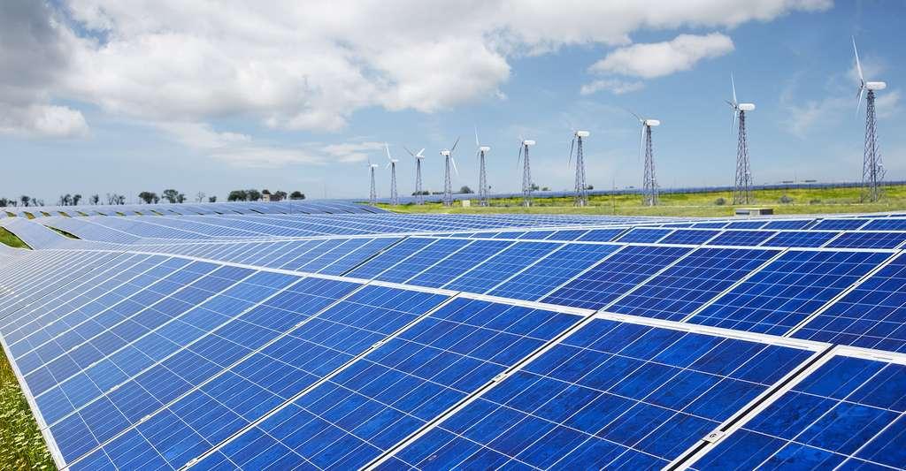 Station très moderne à base d'éoliennes et de panneaux solaires. © FenrisWolf, Shutterstock