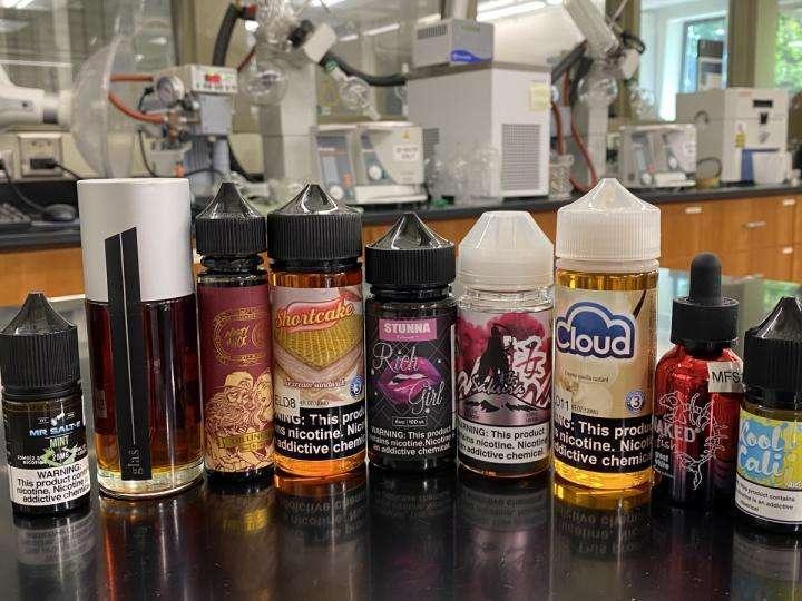 Une autre étude menée par des chercheurs de l'université de Yale (États-Unis) montre que certains e-liquides vendus en Europe contiennent un refroidissant synthétique destiné à simuler l'effet rafraîchissant de la menthe. Sa sécurité à l'inhalation est à ce jour inconnue. © Hanno Erythropel, Université de Yale
