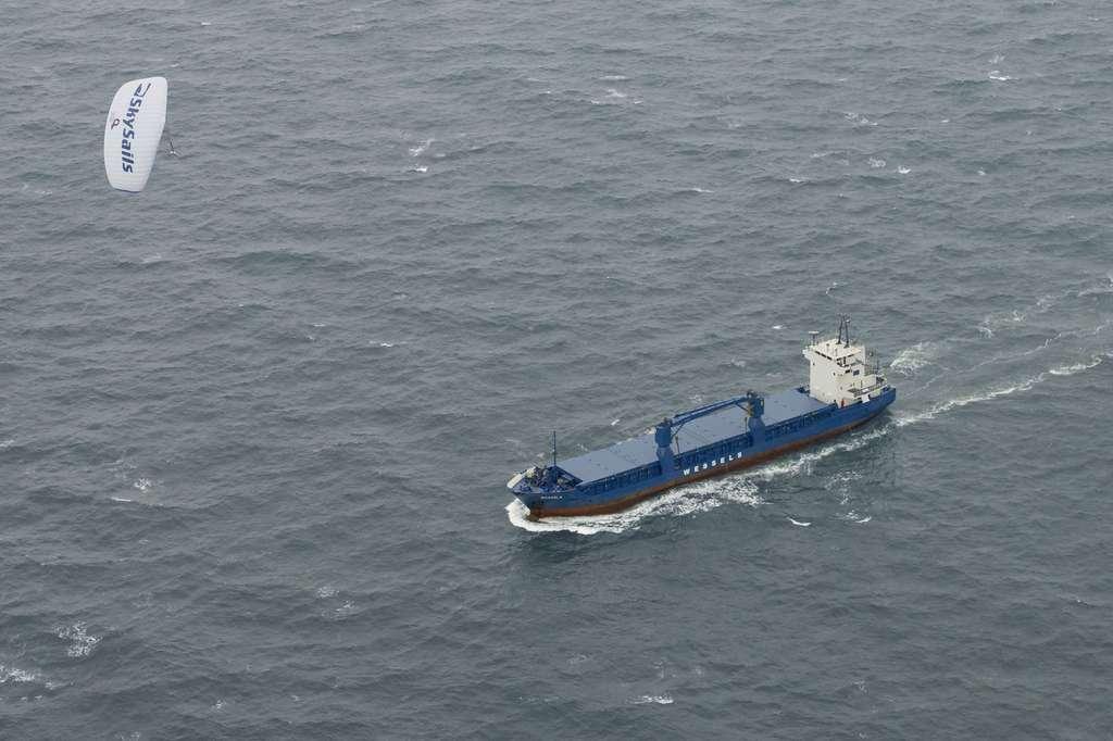 Une voile de traction amarrée au Michael A., réalisée par l'entreprise allemande Skysails. Les marins ne reviendront pas à la voile, mais s'aideront du vent pour réduire la puissance du moteur. © Skysails
