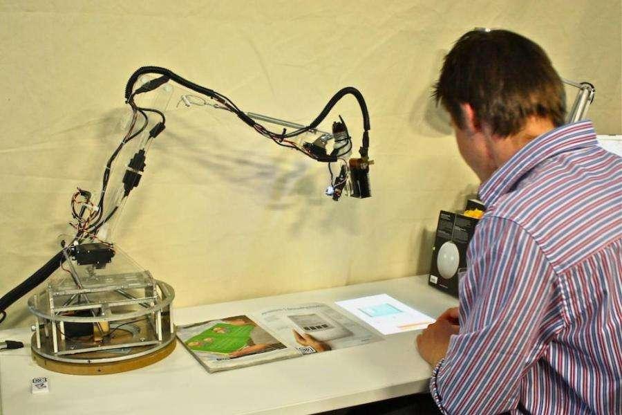 Le projecteur affiche l'image sur le bureau. LuminAr pourrait aussi servir de scanner ou de visiophone. © Fluid interfaces group