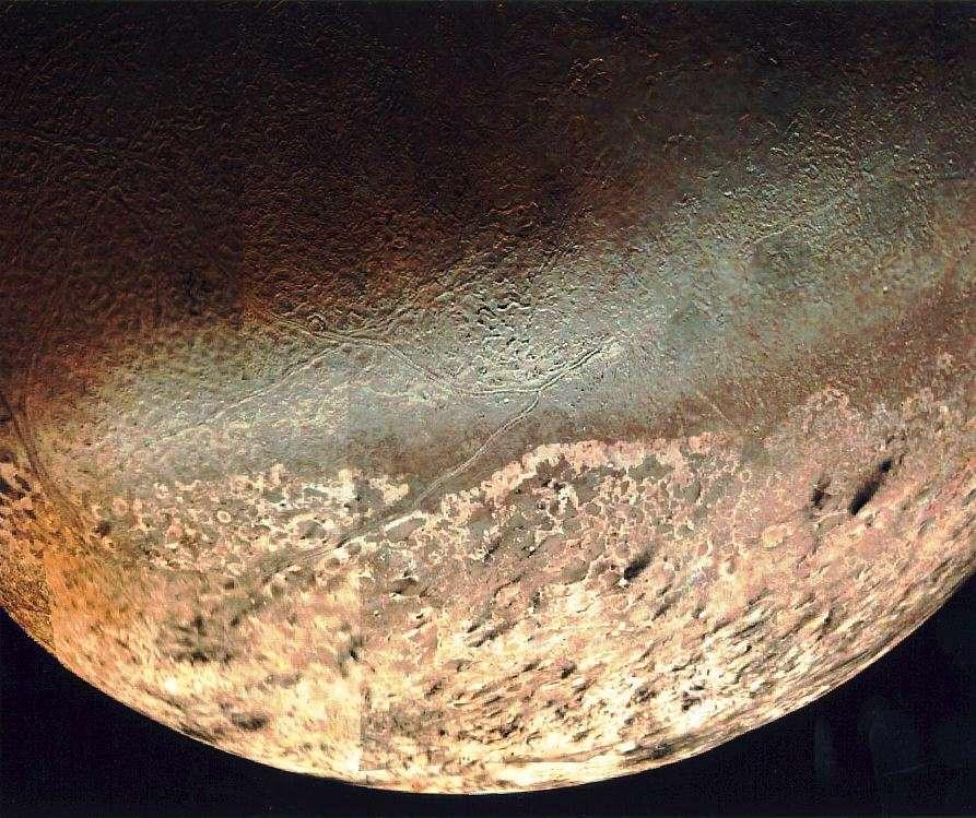 Mosaïque de vues de la calotte polaire australe de Triton, soulignant les traînées sombres de Namazu, Doro et Viviane, sans doute laissées par autant de geysers. © Nasa, Wikipédia