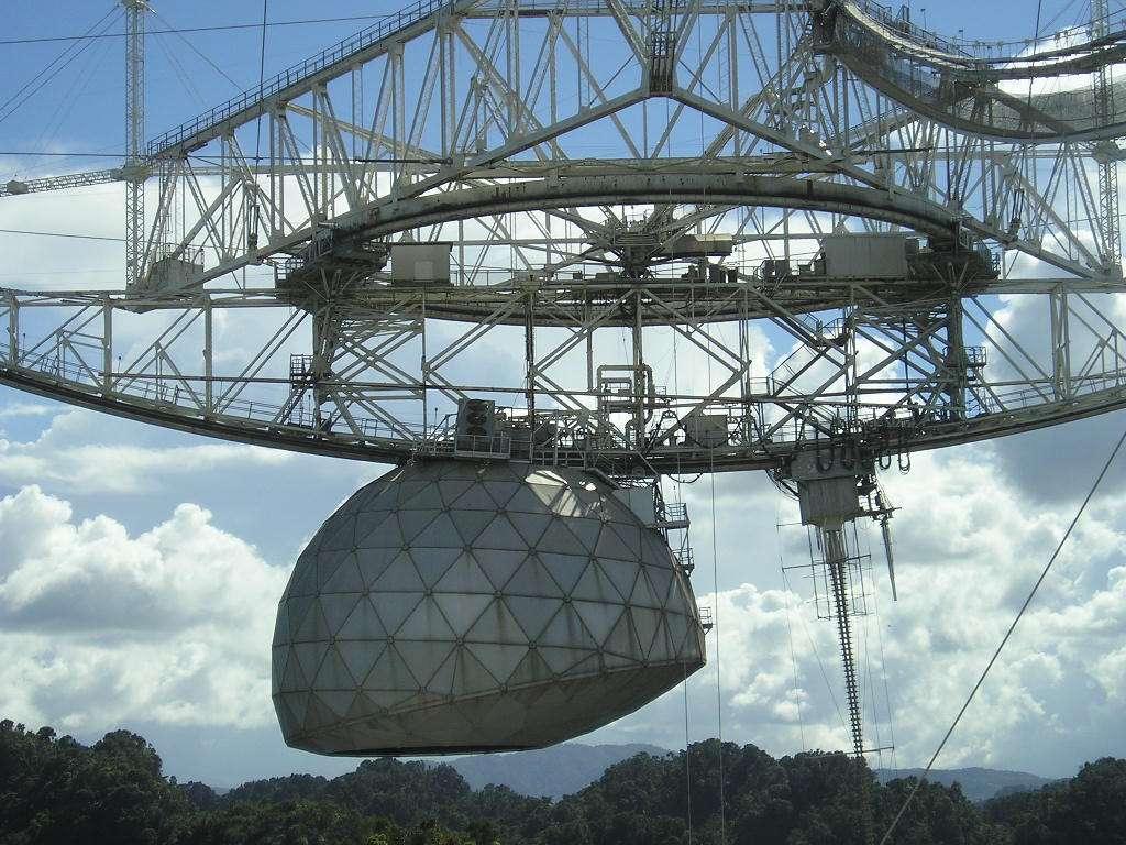 Grâce au radiotélescope de l'observatoire d'Arecibo (Puerto Rico) notamment, les chercheurs espèrent trouver des noyaux d'exoplanètes autour de naines blanches. © Alessandro Cai, Wikipedia, Domaine public