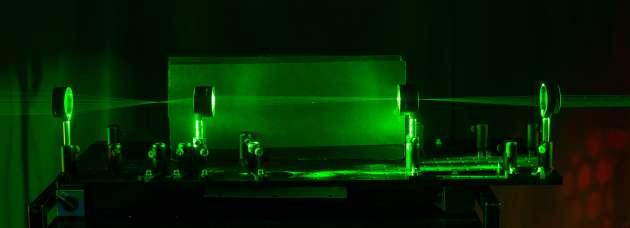 Les lasers visualisent le chemin suivi par la lumière © Université de Rochester