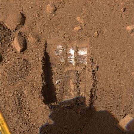 Nouvelle tranchée creusée par Phoenix. Crédit Nasa