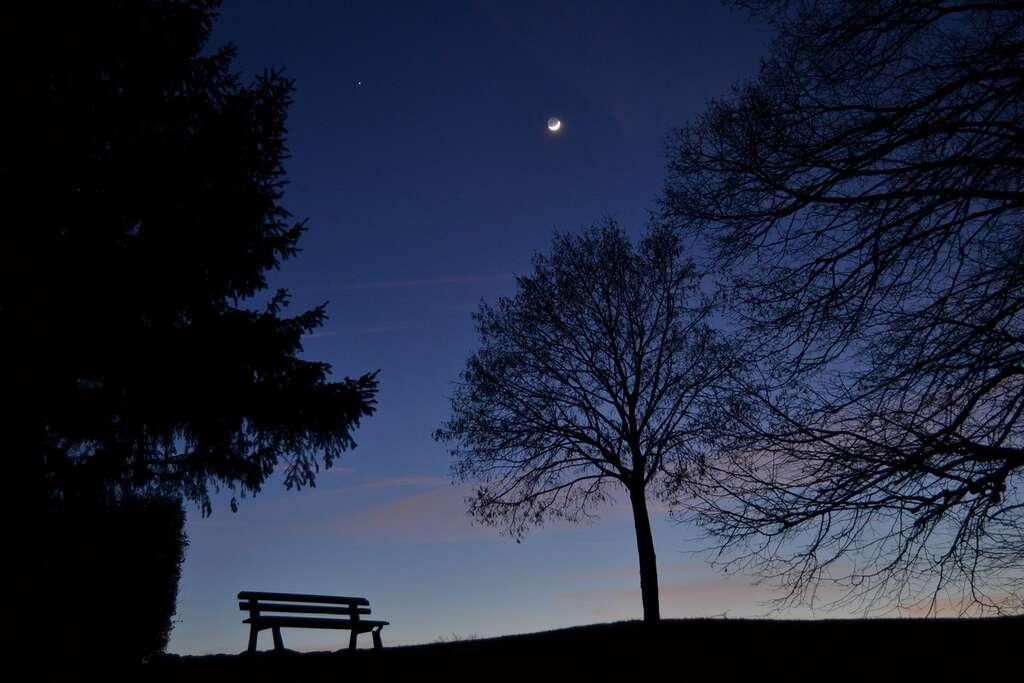 Le fin croissant lunaire est incontournable pour bien commencer une nuit sous les étoiles. © J.-B Feldmann