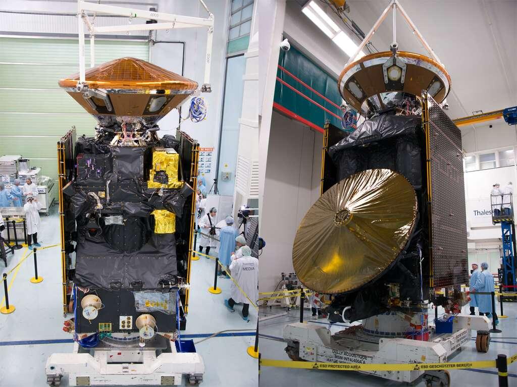 Avec ses 4,3 tonnes, ExoMars 2016 est l'engin le plus lourd jamais lancé à destination de Mars, dépassant Curiosity (3,9 tonnes) et les sondes Viking (3,5 tonnes). Il comprend l'orbiteur TGO (Trace Gas Orbiter) et le démonstrateur de rentrée atmosphérique (capsule Schiaparelli), que l'on voit au-dessus du TGO sur la photo de gauche. L'autre grande structure circulaire, visible à droite, au premier plan, est l'antenne parabolique. © Rémy Decourt