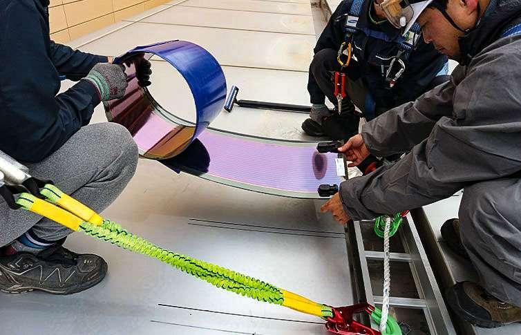 Un projet pilote en Corée du Sud, installation des panneaux photovoltaïques sur une toiture sur 159 m2. © Heliatek