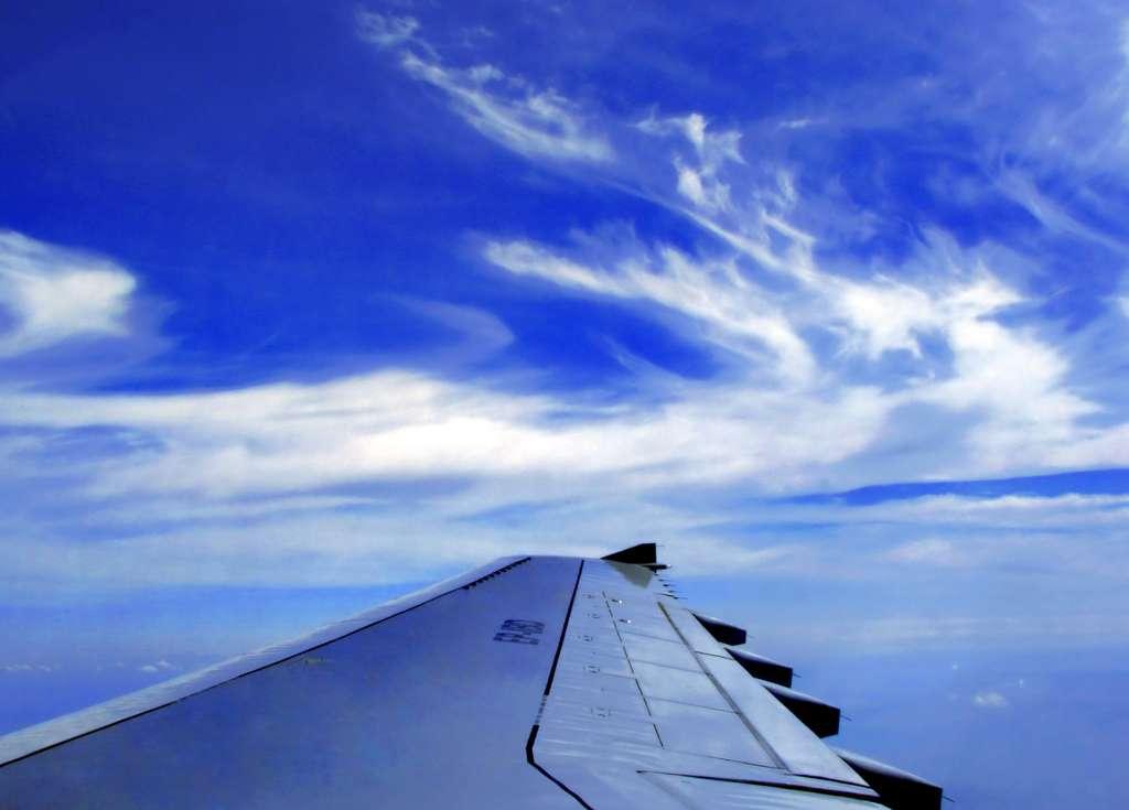 Vue sur l'aile d'un Airbus A300. Bien que le passager croie reculer dans leur siège lors de l'accélération, c'est plutôt le siège qui le pousse vers l'avant. © Carschten, cc by sa 3.0