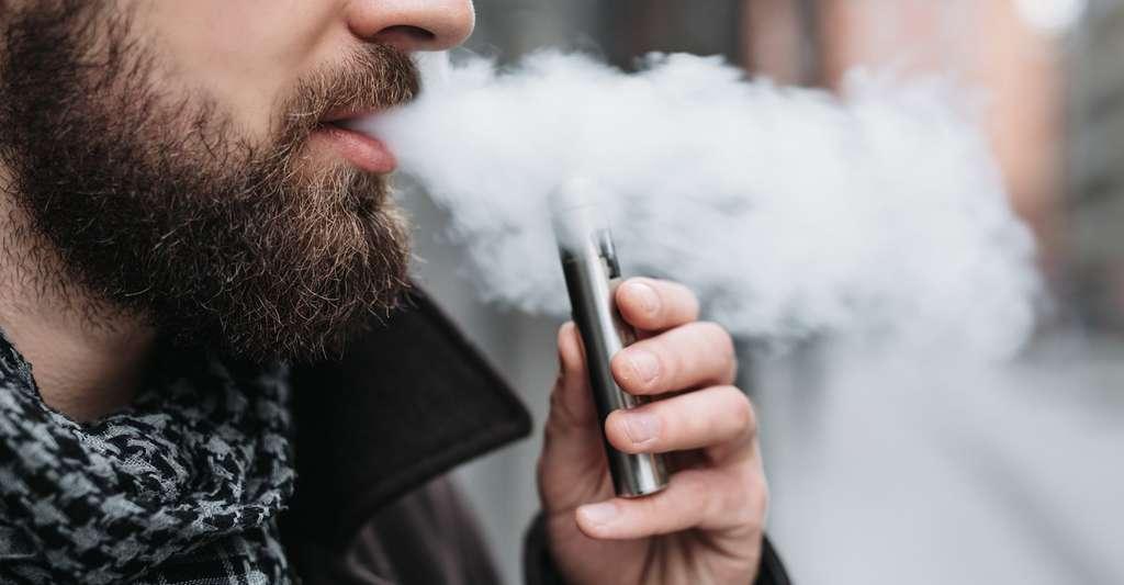 Pour les fumeurs qui sont passés à la e-cigarette, les études sont contradictoires quant aux bénéfices attendus par la cessation de la cigarette. © shipskyy, Fotolia