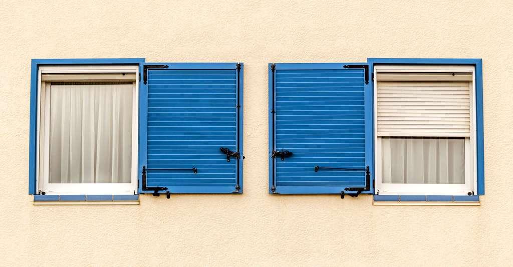Motorisation des volets battants : le montage pas à pas. Ici, fenêtres symétriques avec volets bleus à persiennes pouvant être motorisés. © Cataliseur30, Fotolia