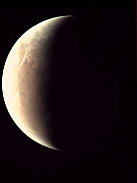 La petite caméra VMC qui ne devait filmer que le départ de Beagle-2 peut aussi nous offrir de très jolis croissants de Mars, impossibles à obtenir depuis la Terre. Son large champ de vision fournit des images globales de la planète. Seule, la sonde indienne Mars Orbiter Mission peut en faire autant. © Esa, CC BY-SA 3.0 IGO