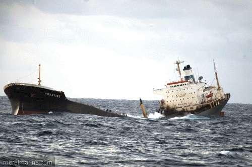 Le Prestige coule le 19 novembre 2011 au large des côtes espagnoles. Il emportera 14.000 t de pétrole avec lui. © Ecologistas en acción