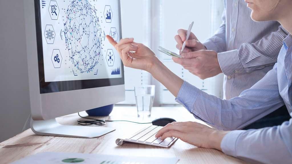 Pour gérer et exploiter toutes ces données, les entreprises recherchent de plus en plus d'experts en data science comme les data analyst ou data scientist, qui savent donner de la valeur ajoutée à ces données et les transformer en données stratégiques. © NicoElNino, Adobe Stock.