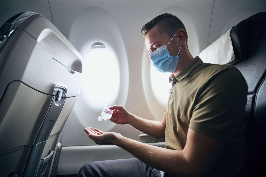 En avion, comme dans le quotidien, il reste conseillé de porter un masque et de se laver les mains régulièrement. Même pour les personnes pleinement vaccinées. © Chalabala, Adobe Stock