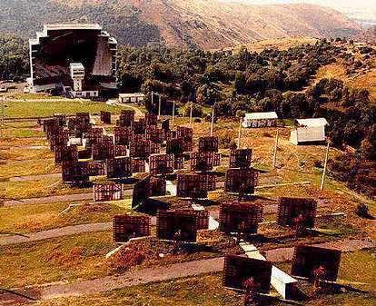 Un champ de 63 héliostats, à Odeillo, dans les Pyrénées Orientales (Crédits : CNRS)