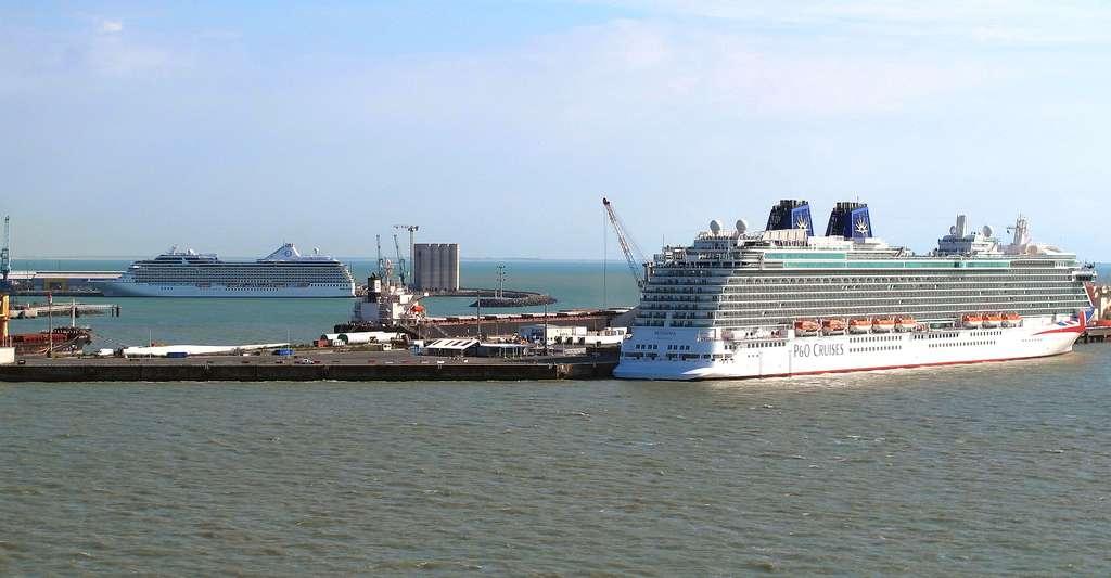 Les paquebots Marina et Britannia au départ de La Rochelle. © Didier Duforest, Wikimedia commons, CC by-sa 4.0
