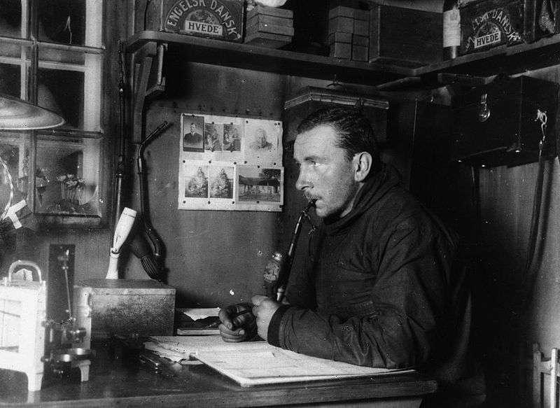 Alfred Wegener pendant l'expédition J. P. Koch en 1912-1913 à la base hivernale Borg au Groenland. Il mourra durant l'hiver 1930 au Groenland. © Université de Berkeley, DP
