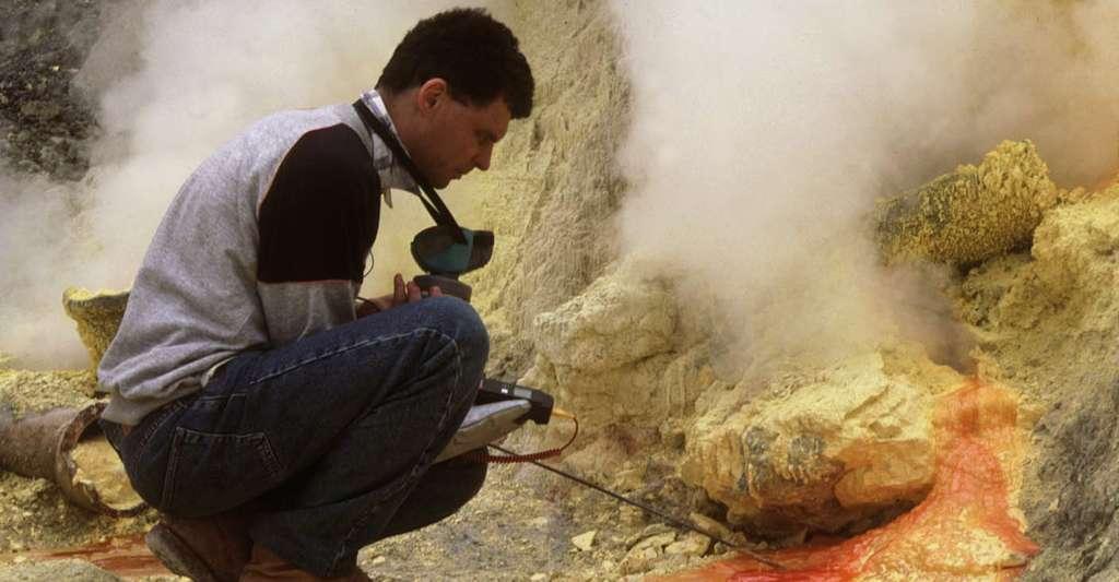 Jacques-Marie Bardintzeff prélève un fragment de lave solidifié sur l'Etna, en avril 2000. © J.-M. Bardintzeff, tous droits réservés, reproduction interdite