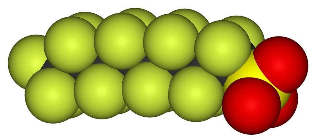 Les composés perfluorés sont des molécules riches en atomes de fluor. Ici, l'acide perfluoro-octanesulfonique est représenté en 3D. En vert, ce sont les atomes de fluor, en jaune le soufre et en rouge l'oxygène. © DR