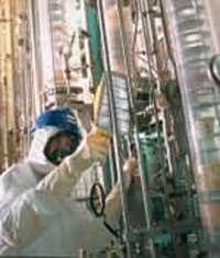 C'est dans cette installation prototype qu'a été mis au point le procédé de retraitement des combustibles usés par colonnes pulsées encore en cours à La Hague (FR). On assiste ici au contrôle radiologique de l'extérieur de ces colonnes, après assainissement et avant démontage. © L.Medard/CEA