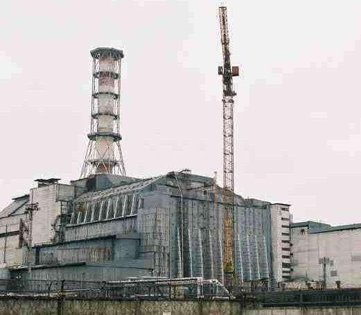 Le réacteur 4 de la centrale de Tchernobyl, entouré du vieux sarcophage. © DR