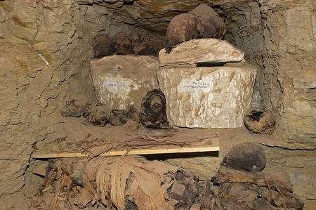 A Saqqara, dans la tombe F17, les fouilles menées par Christiane Ziegler ont mis au jour plusieurs sarcophages portant des inscriptions en écriture démotique, descendante simplifiée des hiéroglyphes. © Christian Décamps/Mission Archéologique de Saqqara