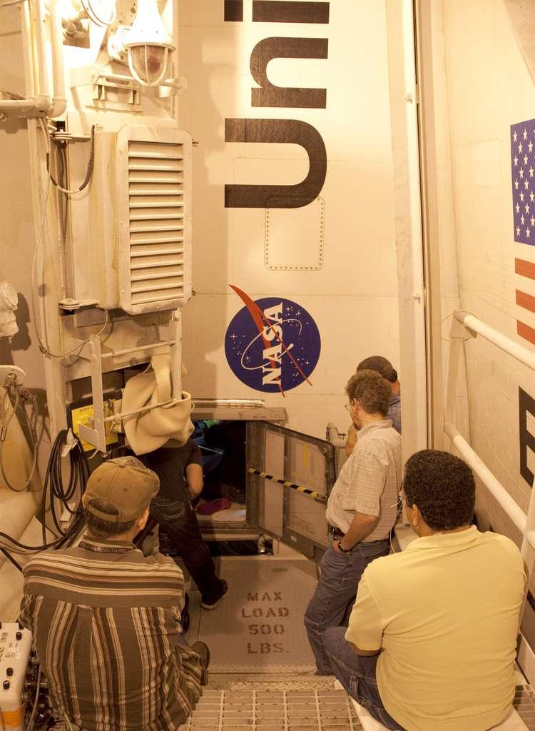 Trappe d'accès par laquelle sont passés techniciens et ingénieurs pour remplacer le boîtier électronique Alca-2. © Nasa