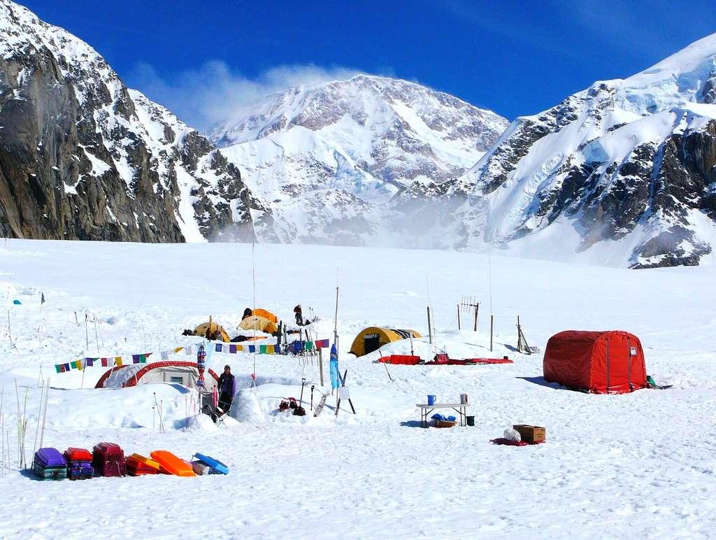 Les déjections commencent à réapparaître au premier camp de base, situé à 2.200 mètres d'altitude. © Freesolo Adventures, Flickr