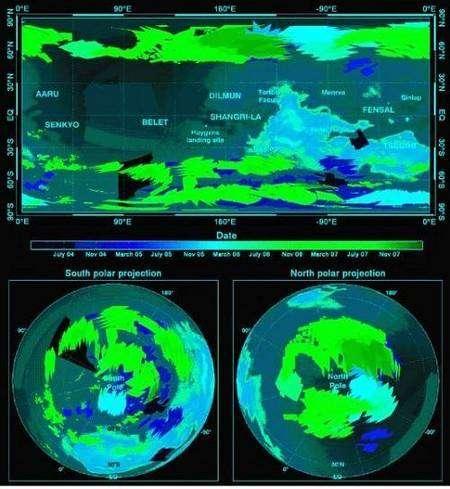 Cartes nuageuses établies par VIMS durant la période juillet 2004 - décembre 2007. Les nuages se répartissent en trois zones bien distinctes, autour des deux régions polaires, et sur une bande centrée autour de la latitude 40°S. La carte de fond a été réalisée par l'instrument VIMS de Cassini. Crédit : Nasa/JPL/Université d'Arizona/Université de Nantes