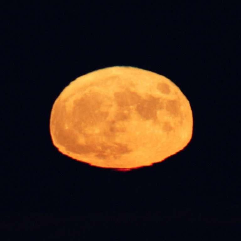 Une super Lune presque rectangulaire. © Sylvain Chapeland