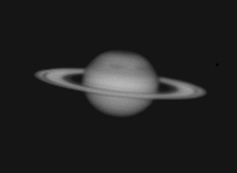 Saturne, photographiée en noir et blanc, au foyer d'un télescope de 300mm de diamètre. © Patrick Louman - Tous droits réservés.