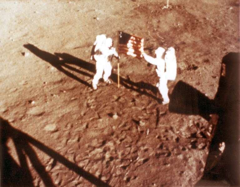 Les astronautes Neil Armstrong et Buzz Aldrin plantent le drapeau américain sur le sol de la Lune, le 20 juillet 1969. © Nasa, AFP archives