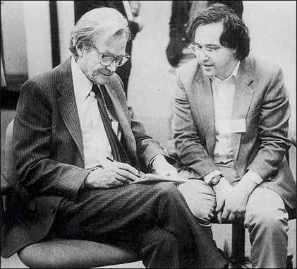 Richard Feynman (à gauche) discutant avec Stephen Wolfram des théories de ce dernier sur les automates cellulaires. Wolfram est l'auteur d'un logiciel de calcul formel mondialement célèbre : Mathematica. © Stephen Wolfram