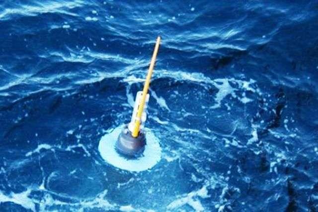 Après sa plongée durant laquelle elle a mesuré différents paramètres le long d'une colonne d'eau (température, salinité, pression...), une balise Argo refait surface, prête à transmettre ses données aux satellites. © 2004 Sabrina Speich, Argo Information Centre