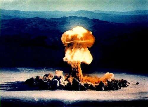 Fig. 6 - Nuage due à une explosion de bombe atomique dans un désert aux Etats-Unis