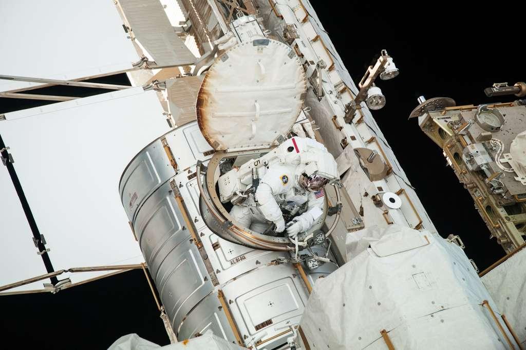L'astronaute de la Nasa Chris Cassidy sortant de la Station spatiale internationale par le sas Quest Airlock. © Nasa