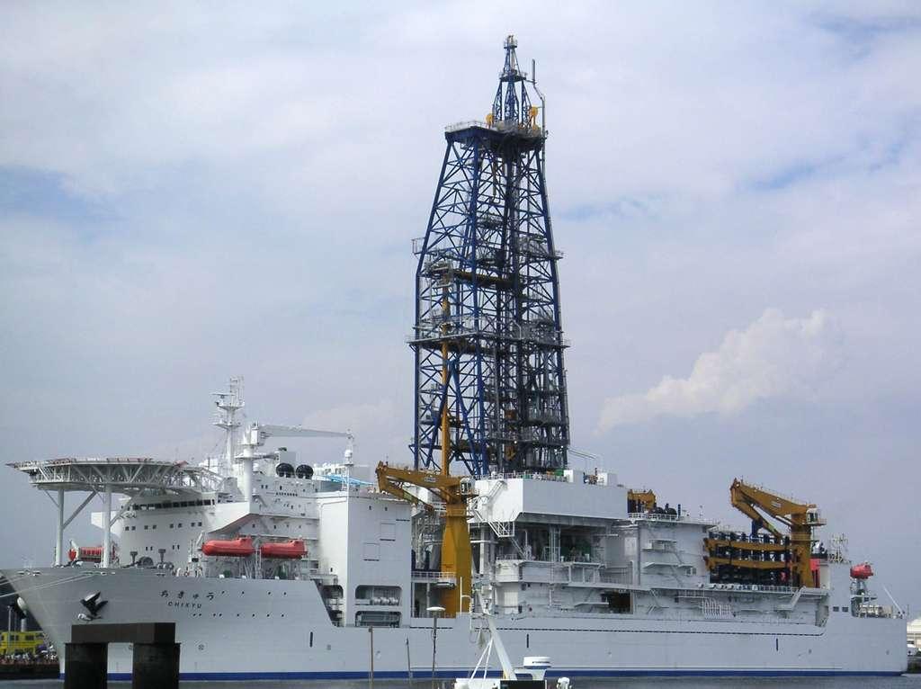 Le navire japonais de forage scientifique en haute mer, « Chikyu », de la Jamstec (Agence japonaise pour les sciences et technologies marines et terrestres) est intégré au programme intégré de forage océanique (IODP). Il peut forer à plus de 7.000 mètres sous le fond marin à des profondeurs d'eau dépassant 2.000 mètres. Photo prise au nouveau port de Yokosuka, Kanagawa, Japon. 2005. © Lueur, Wikimedia Commons, CC by-sa 3.0