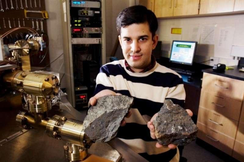 Sujoy Mukhopadhyay tenant deux échantillons de basaltes provenant d'Hawaï. Il étudie la composition chimique et les isotopes contenus dans de telles laves avec un spectromètre de masse. © The President and Fellows of Harvard College, 2014