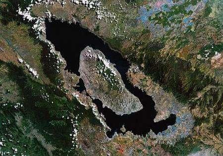 Le cratère du volcan Tuba, au cœur de l'île indonésienne de Sumatra. Cliquer pour agrandir. Crédit Nasa