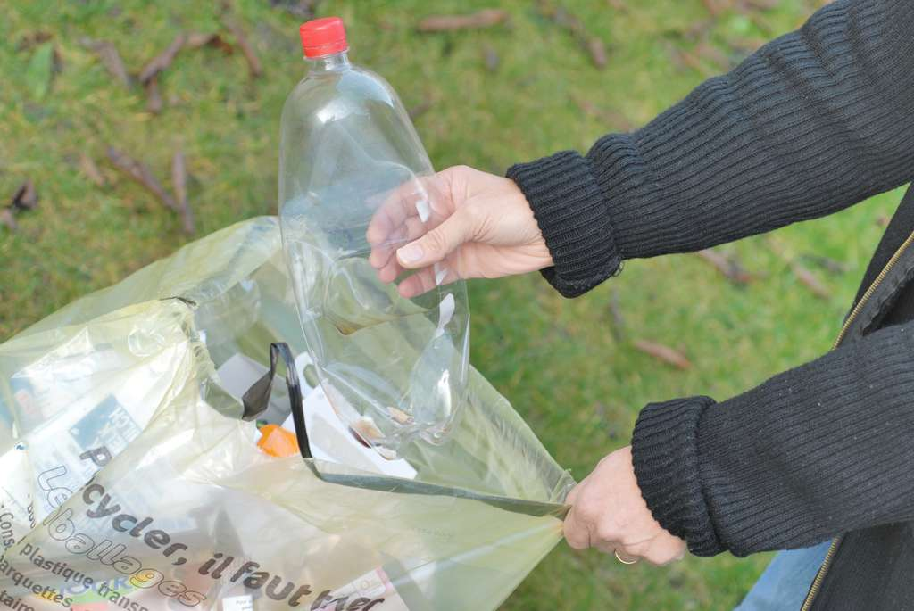 Avant de les trier, il faut veiller à bien vider les emballages. Les bouteilles en plastique, par exemple, peuvent conserver leurs bouchons pour éviter que du liquide ne vienne souiller le reste du contenu de la poubelle. © Richard Villalon, Fotolia