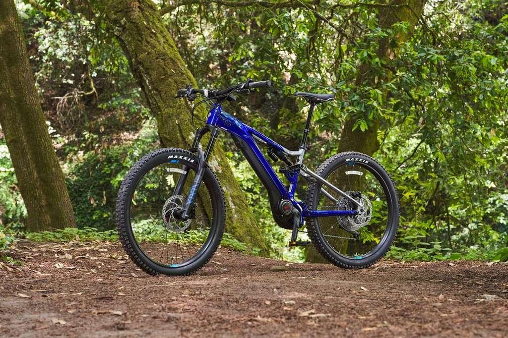 Le YDX-MORO Pro dans sa livrée bleue et argent. © Yamaha