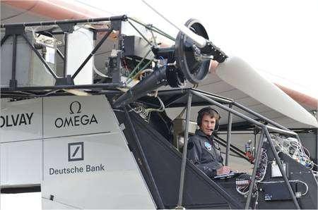 Markus Scherdel aux commandes du HB-SIA le 6 novembre 2009 pour le premier roulage. Une cage métallique le protège pour les premiers essais. Elle sera bien sûr démontée lorsque l'appareil sera parfaitement au point. © Solar Impulse