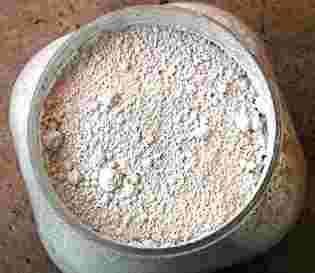 La céruse, pigment blanc, était utilisée dans la fabrication des fards. © DR